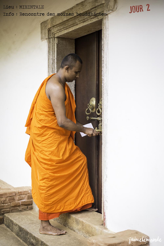Voyage Sri Lanka - Itinéraire Jour 2 - 10 Mihintale - Conversation avec les moines - ©jaimelemonde